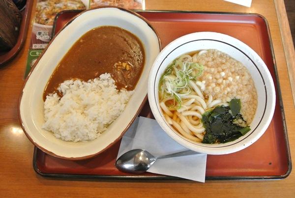 山田うどんで、スタミナパンチ丼と期間限定のかかしカレーセット500円を食べる