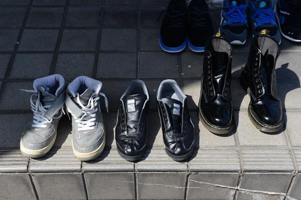 靴を太陽殺菌と油を塗る